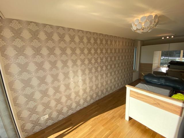Wand tapezieren lassen in Wohnung