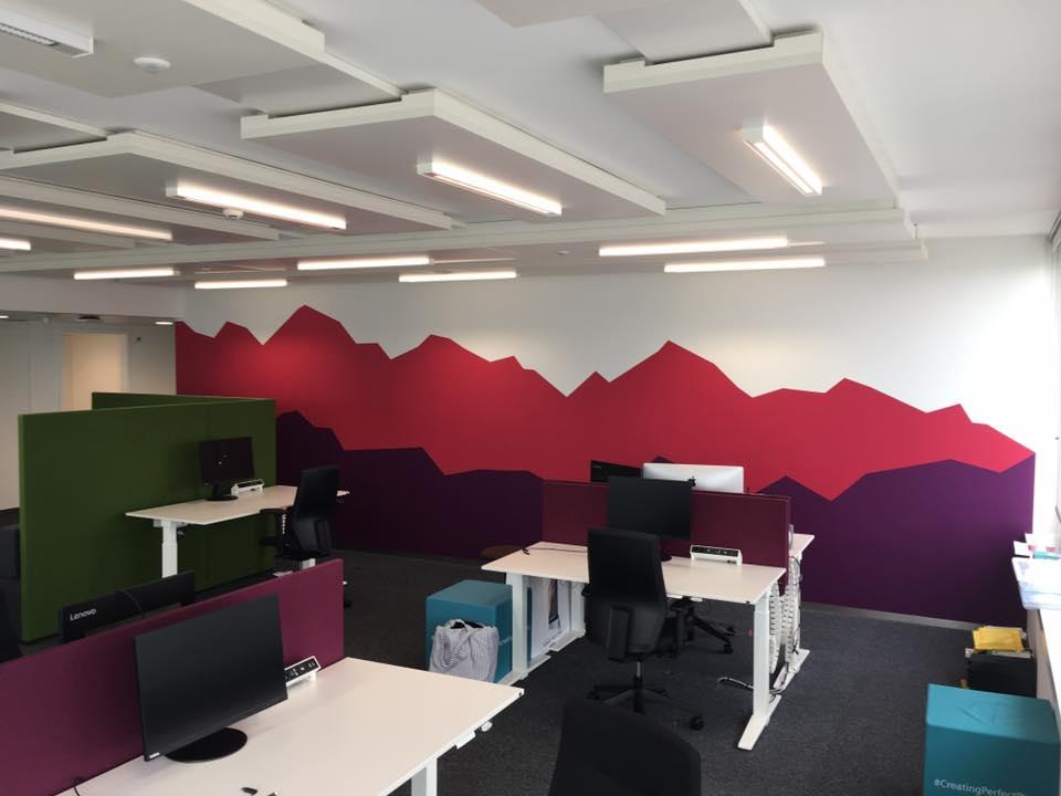 Farbliche Gestaltung rotes Bergpanorama & eine Magnetic Whiteboard Wand