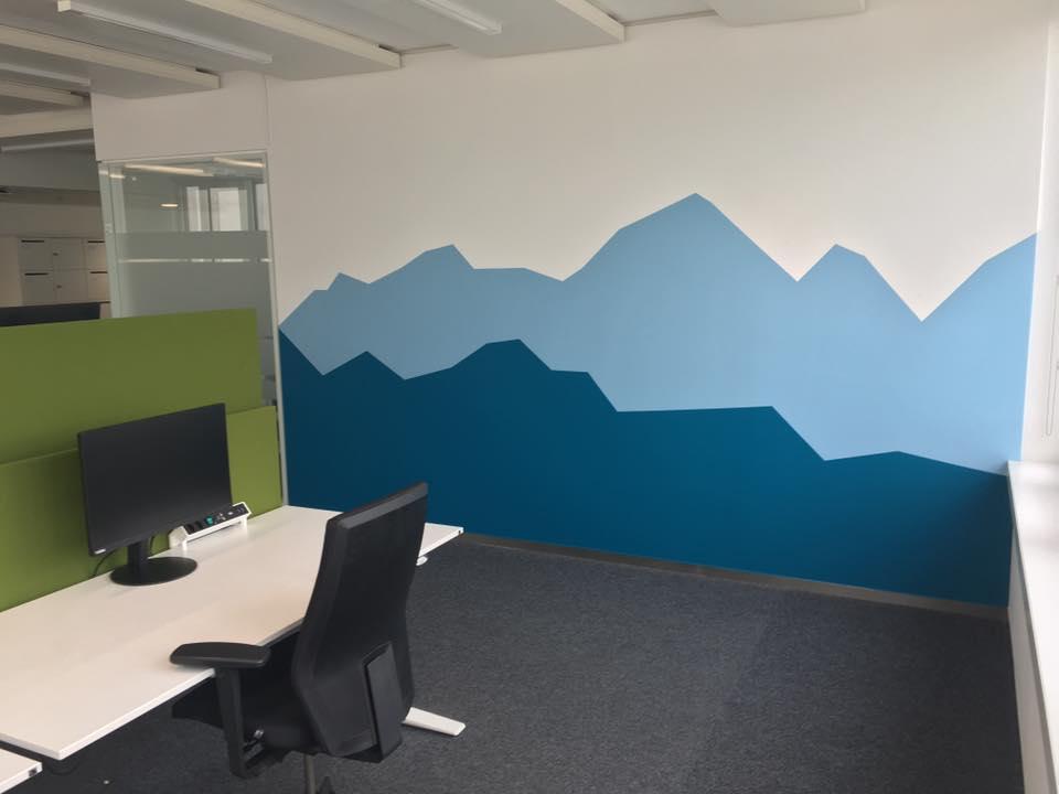 Farbliche Gestaltung blaue Berglandschaft & eine Magnetic Whiteboard Wand