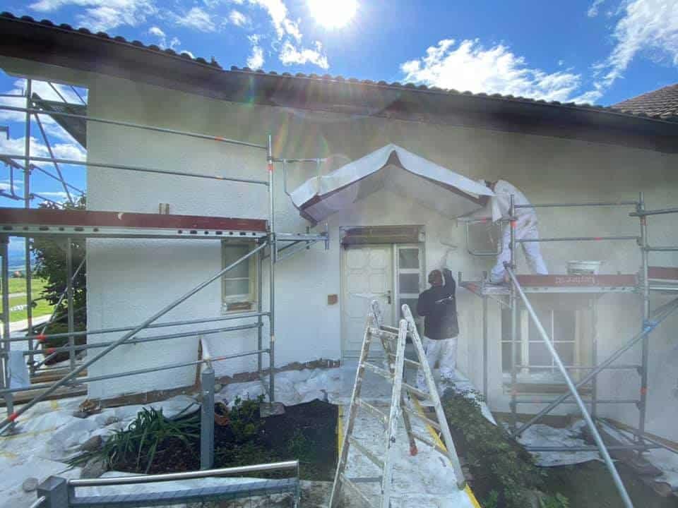 Fassadenrenovation: Fassade mit Silikatfarbe - Dein Maler bei der Arbeit