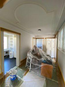 Moeblierte Altbauwohnung streichen mit Stuckdecke